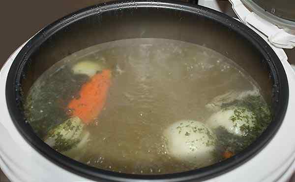 Варим мясо с луком и морковью 2,5 часа