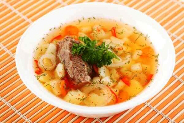 Подаем суп с говядиной в глубоких тарелках