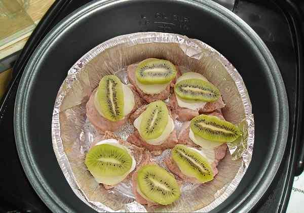 Выкладываем на мясо кусочки киви