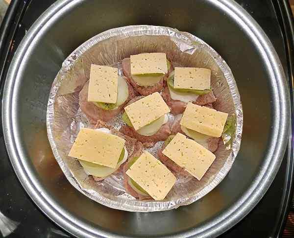 Накрываем мясо кусочками сыра