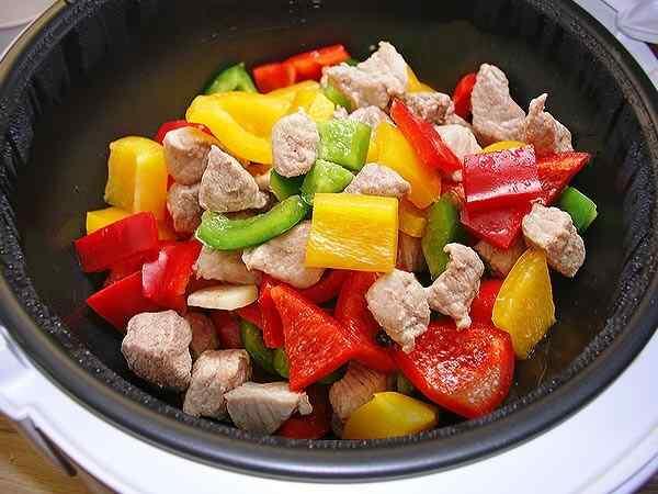 Добавляем к мясу перец, грибы и помидоры