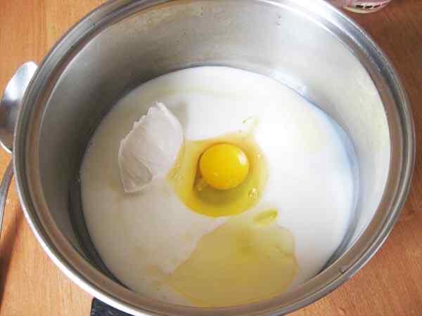 Готовим тесто в глубокой миске