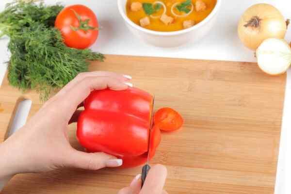 Бланшируем, чистим и нарезаем перец для супа пюре
