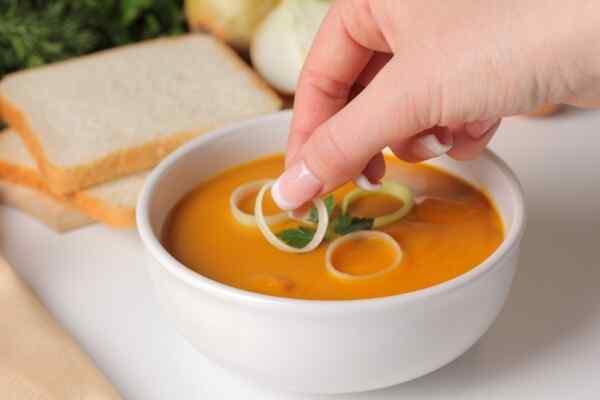 Подаем овощной суп пюре на стол с сухариками