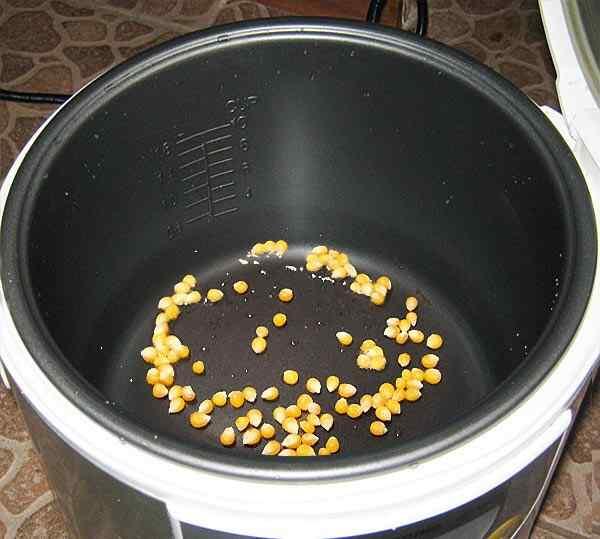 Наливаем в мультиварку масло с солью и добавляем кукурузу