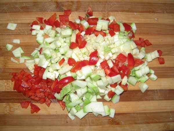 Овощи помыть и нарезать мелкими кубиками