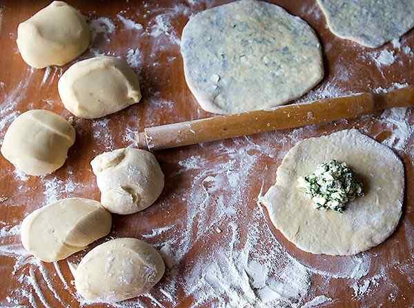 Замешиваем пресное тесто для пирожков с творогом