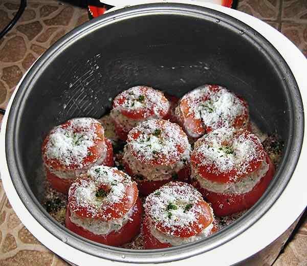 Помещаем фаршированные помидоры в мультиварку