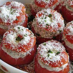 pomidory-farshirovannye-syrom-i-chesnokom