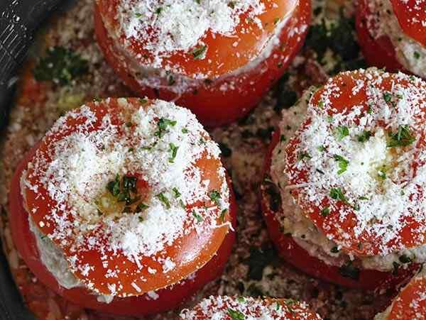 Оставляем фаршированные помидоры в мультиварке на 15 минут