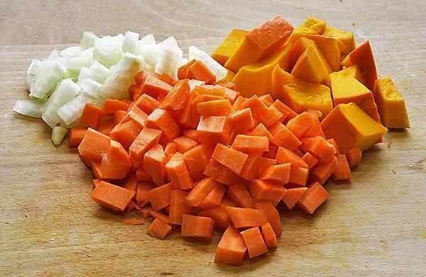 Нарезаем и обжариваем овощи