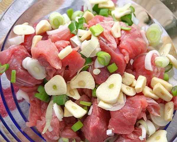 Моем и режем мясо, добавляем к нему лук и чеснок