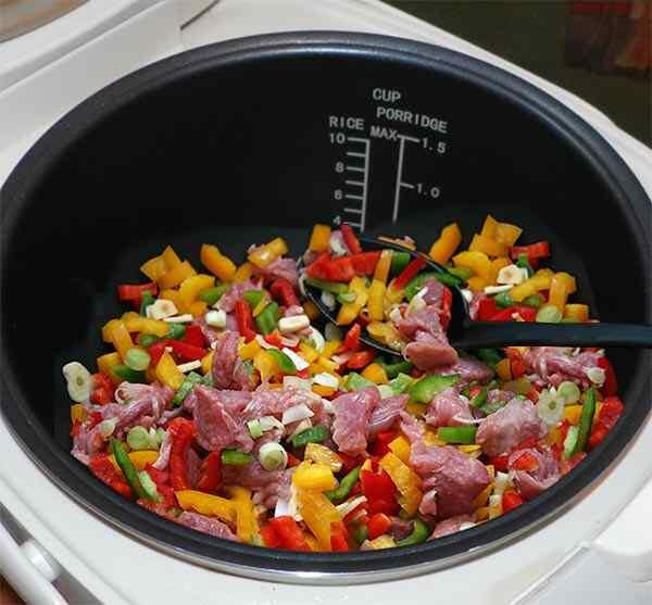 Выкладываем в мультикастрюлю смесь мяса и овощей