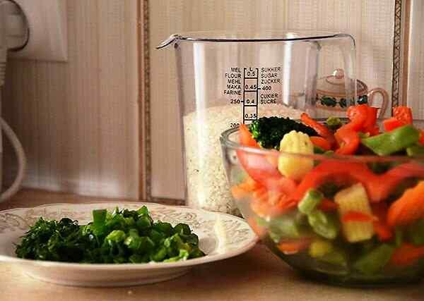 Чистим и нарезаем овощи, промываем рис