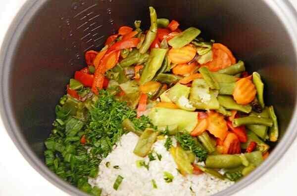 Добавляем в кастрюлю рис и готовим в программе Рис