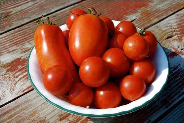 Моем  помидоры, чистим лук и перец