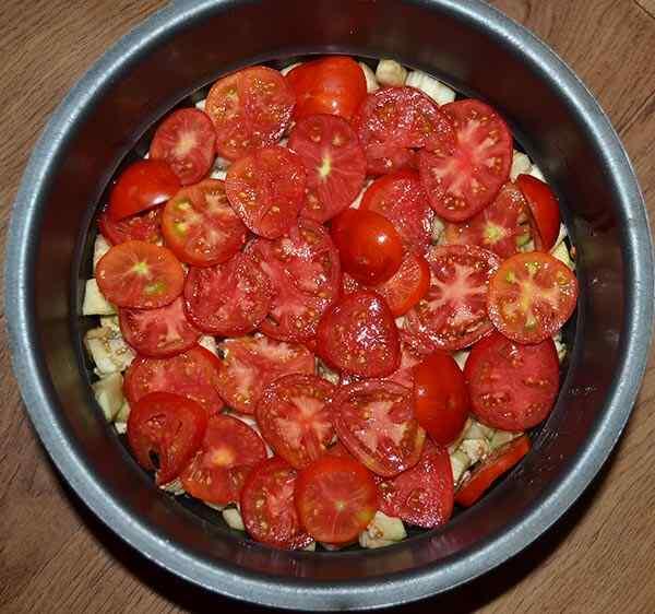 Добавляем в кастрюлю помидоры
