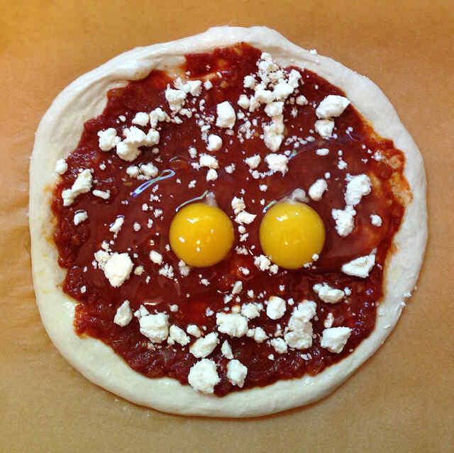 Добавляем на тесто яйца и сыр