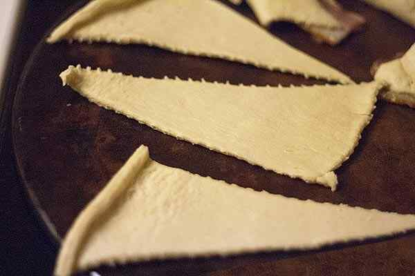 Нарезаем тесто на треугольники