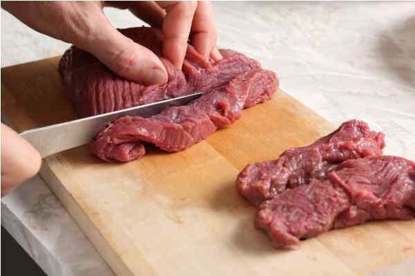 Нарезаем кусок говядины пластами по 2 см