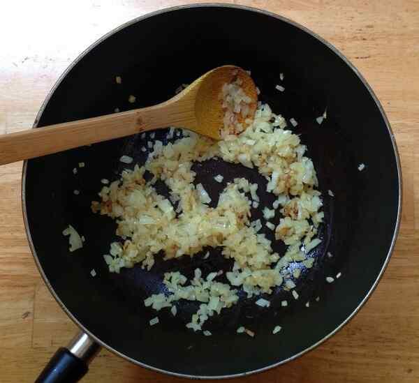Обжариваем лук в сковороде