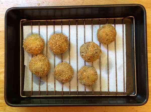 Выкладываем рисовые шарики на салфетку