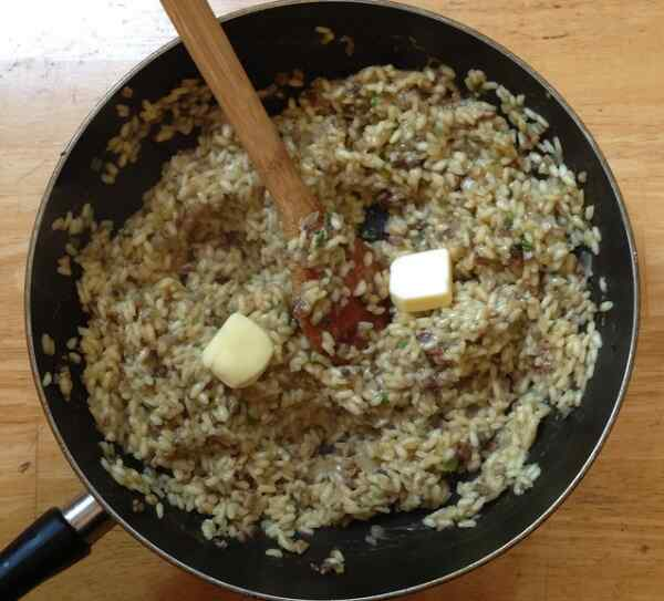 Добавляем к рису соль, перец, специи