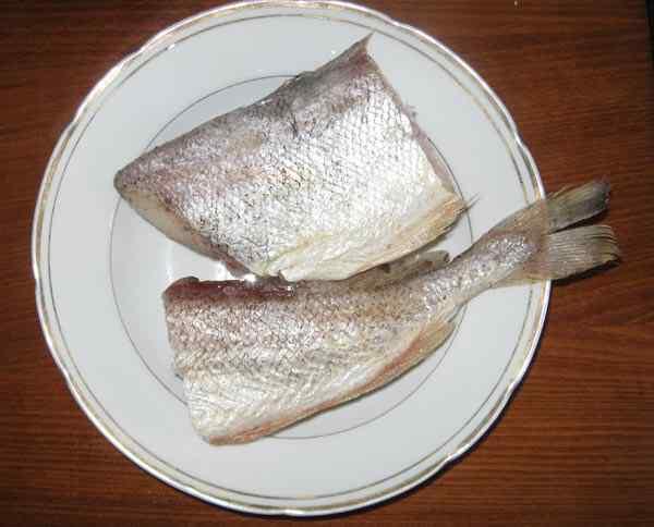 Нарезаем рыбу мелкими кусочками