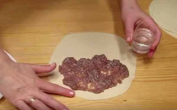 Накладываем мясо на круги из теста