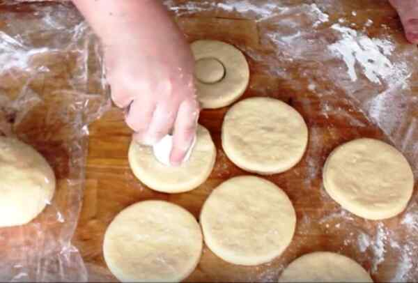 Вырезаем формочками пончики