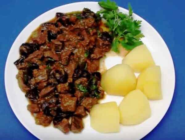 Подаем гом и картошку на пару черносливовядину с