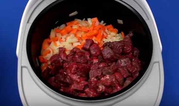 Добавляем в кастрюлю мясо
