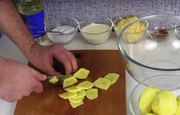Чистим лук и картофель, а затем нарезаем их