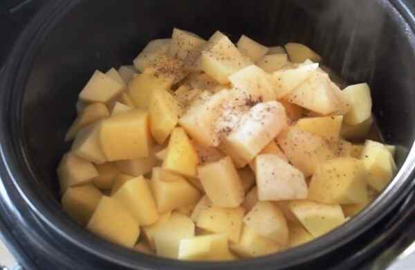 Добавьте в жаркое картошку, воду, соль, специи