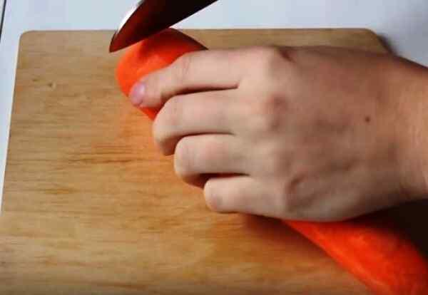 Нарежьте морковку кружочками