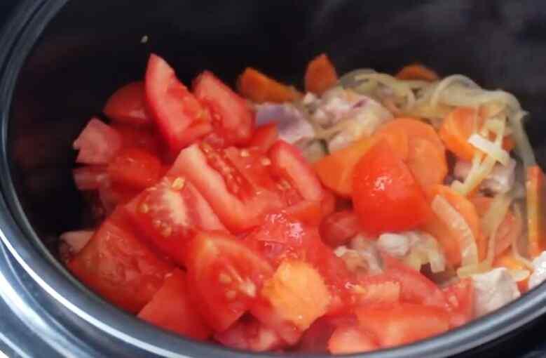 Добавьте помидоры в жаркое в мультиварке