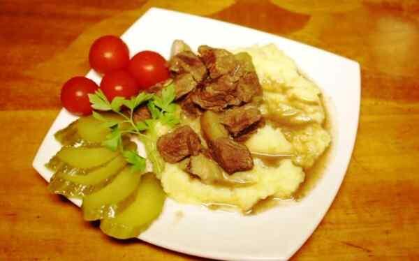 Подаем говядину с грибами с гарниром и соленьями