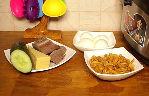 Отвариваем мясо и яйца, сливаем маринад с грибов