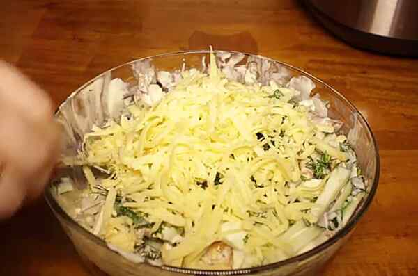 Добавляем сыр в салат из говяжьего языка
