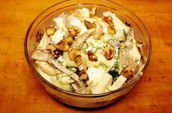 Подаем на стол салат из говяжьего языка