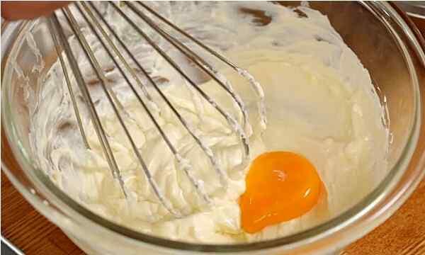 Добавить в тесто яичные желтки