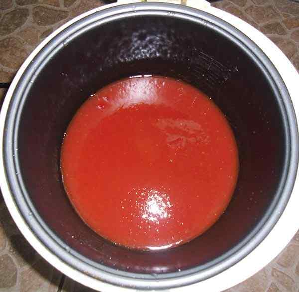 Наливаем томатный сок в мультиварку