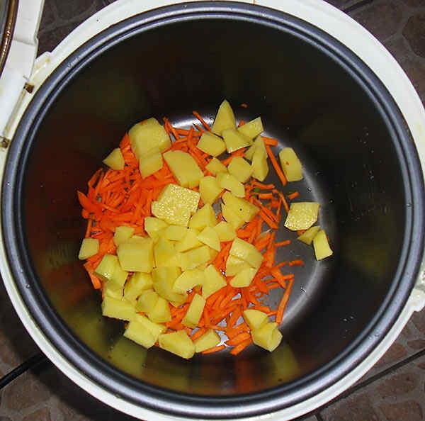 Добавляем картошку в куриный суп в мультиварке
