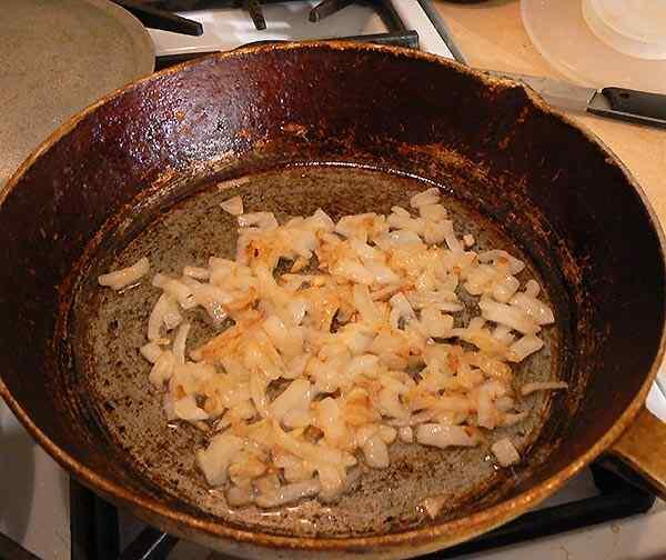 Обжариваем лук на сковородке