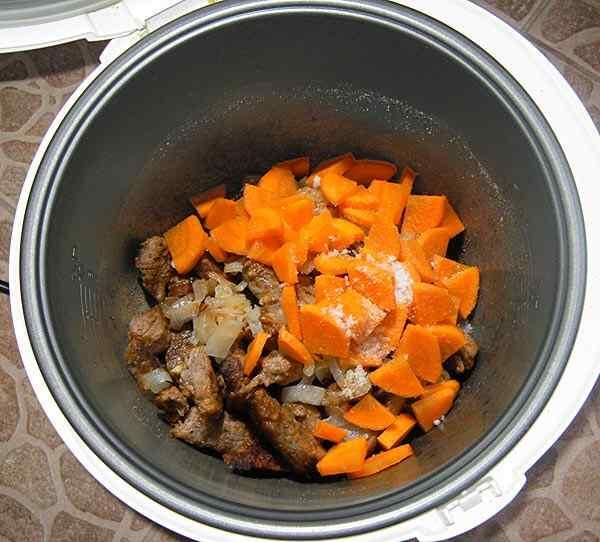 Добавляем к мясу лук, морковь, приправы