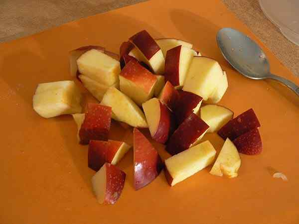 Нарезаем яблоко кусочками