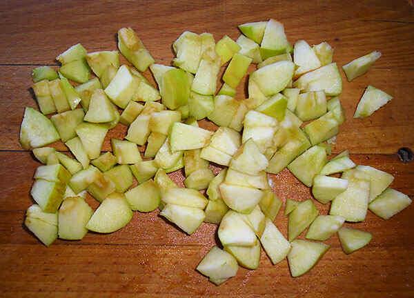 Режем яблоки для пирога в мультиварке