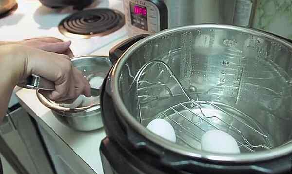 Перекладываем яйца в холодную воду