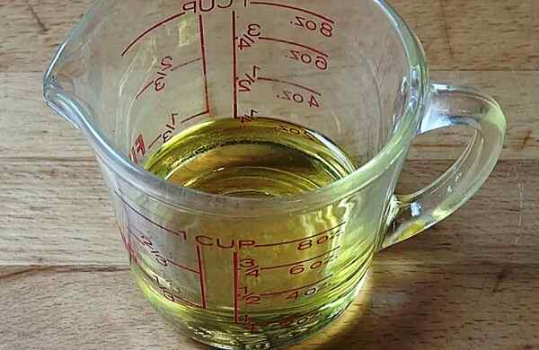 Наливаем в чашку растительное масло