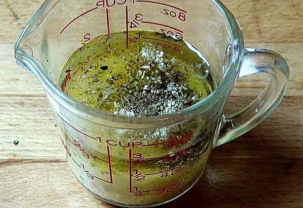 Добавляем в чашку специи и чеснок с солью